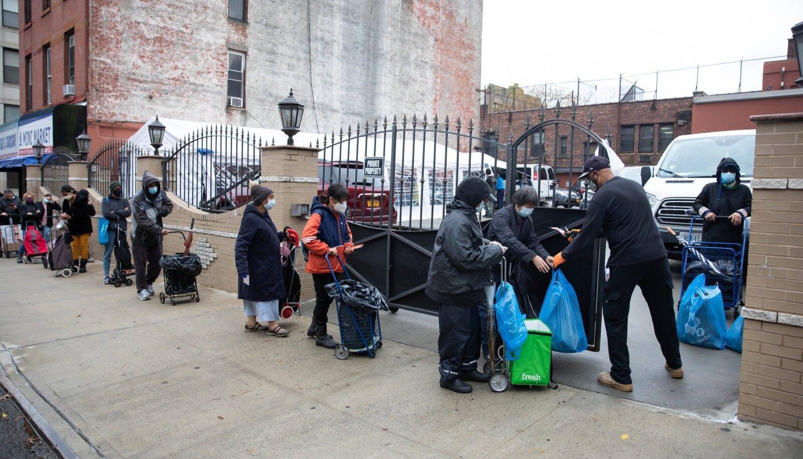 New Yorgi Brooklyni elanikud toiduabi järjekorras.
