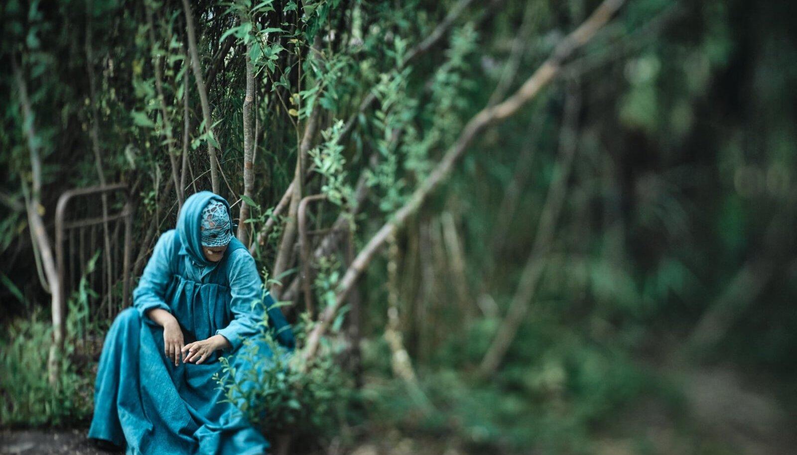 MAA SOOL: Renate Keerd ühena külatädidest, kelle lõppematu vada saadab võsa ees ja sees toimuvat.