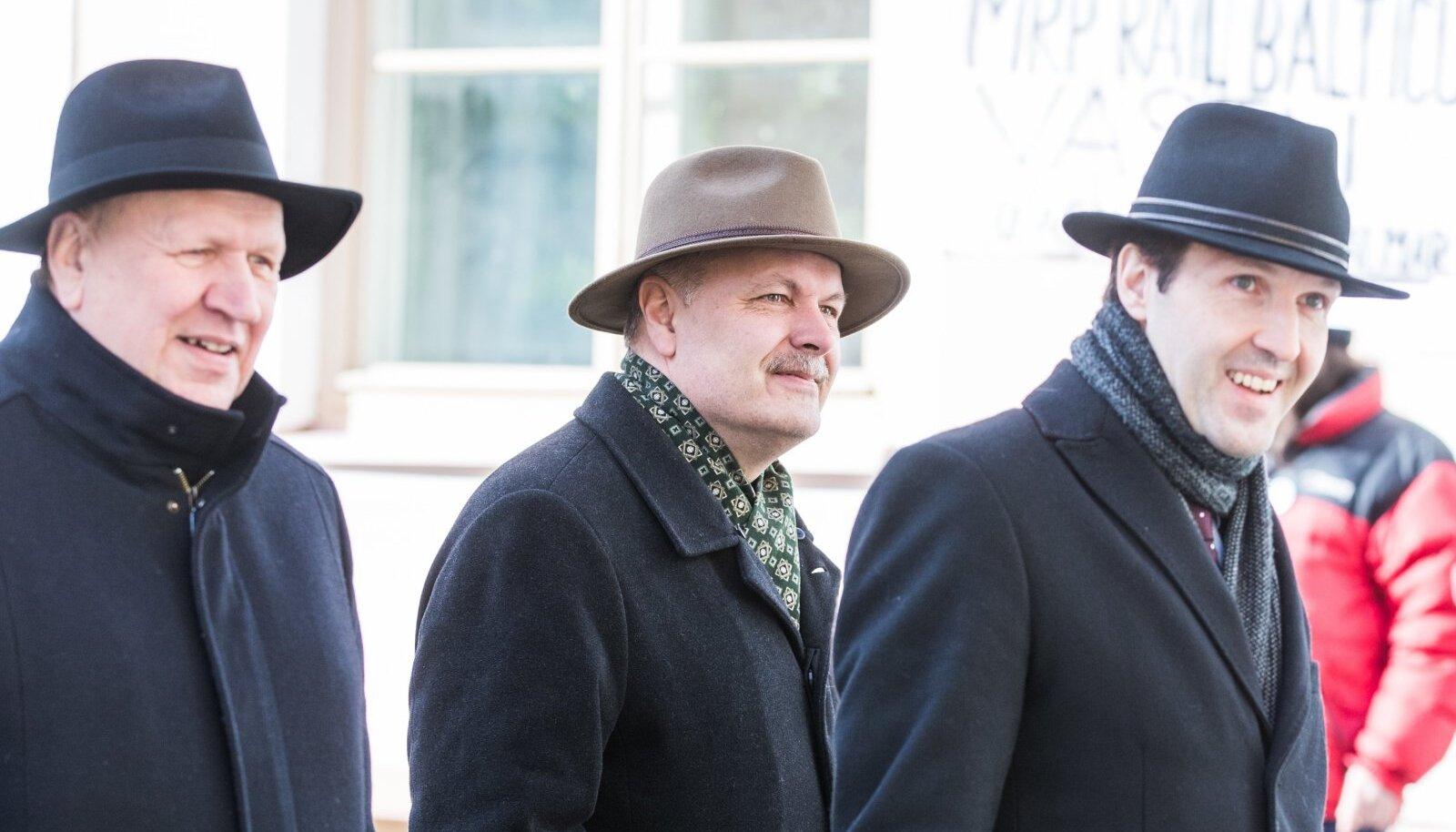 TARK OSTUKÄITUMINE: Kaabude hinnad pöörduvad varsti tõusule, õnneks on nendel meestel juba kaabud olemas.