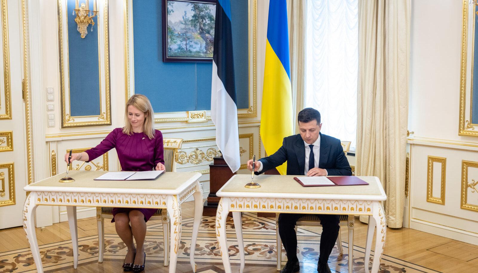 Peaminister Kaja Kallas ja Ukraina president Volodõmõr Zelenskõi allkirjastamas avaldust, millega Eesti toetab Ukraina püüdlusi Euroopa Liiduga ja Natoga liitumiseks.