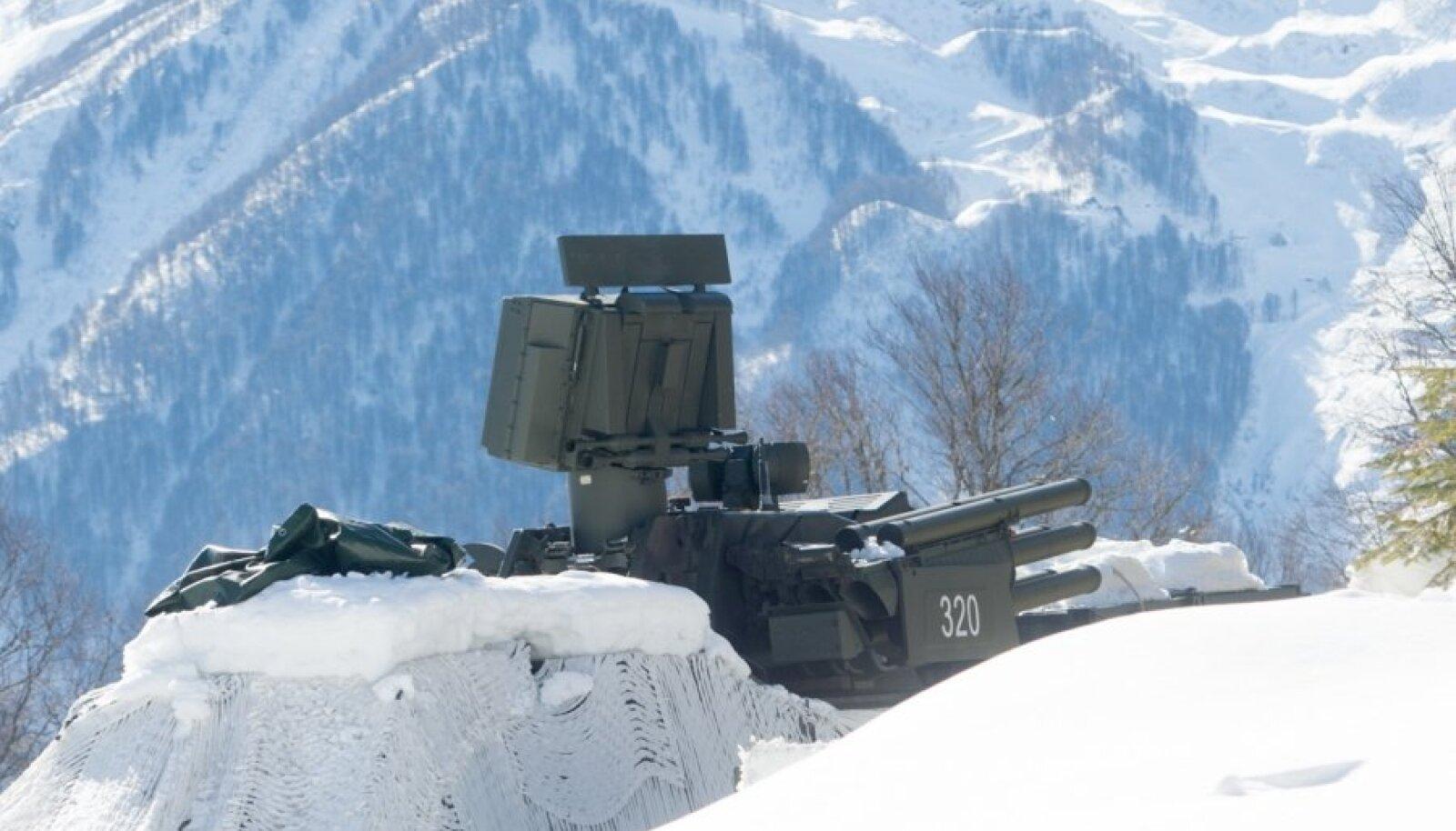 Mäekülgedel võib aga näha ka militaartehnikat, mis on osaliselt vaatajate pilkude eest valge varjukiga kaetud