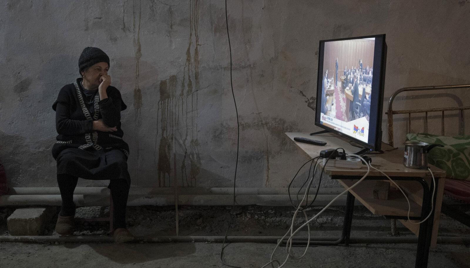 Armeenia naine vaatab varjendis televiisorit