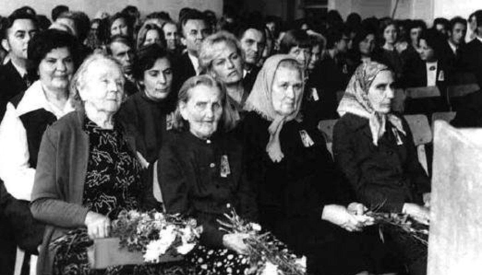 1974. aastal Häädemeeste kooli 100. juubelisünnipäeval. Esireas vasakult: Sinaida Allmere, Elisabet Laredei, Liide Arula, Marta Mäesalu. Teine rida: Liidia Rips (Häädemeeste kooli direktor 1952–1962), Asta Song, Leida Kallas