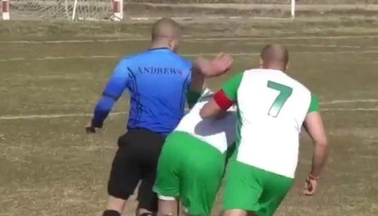 Vihased jalgpallurid ajavad kohtunikku taga
