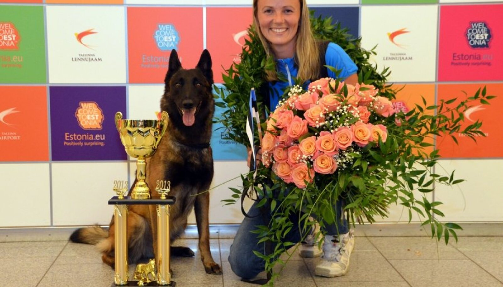 Marje Piiroja ja koer Süsi koos MMi võidukarikaga