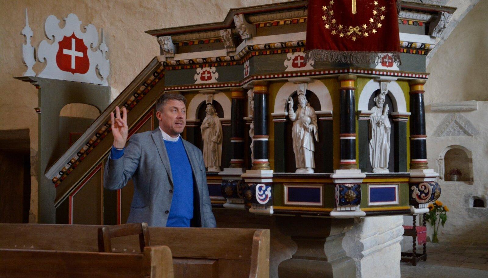 Risti kirik. Peapiiskop räägib kolmainsusest, sellest ka niisugune käemärk.