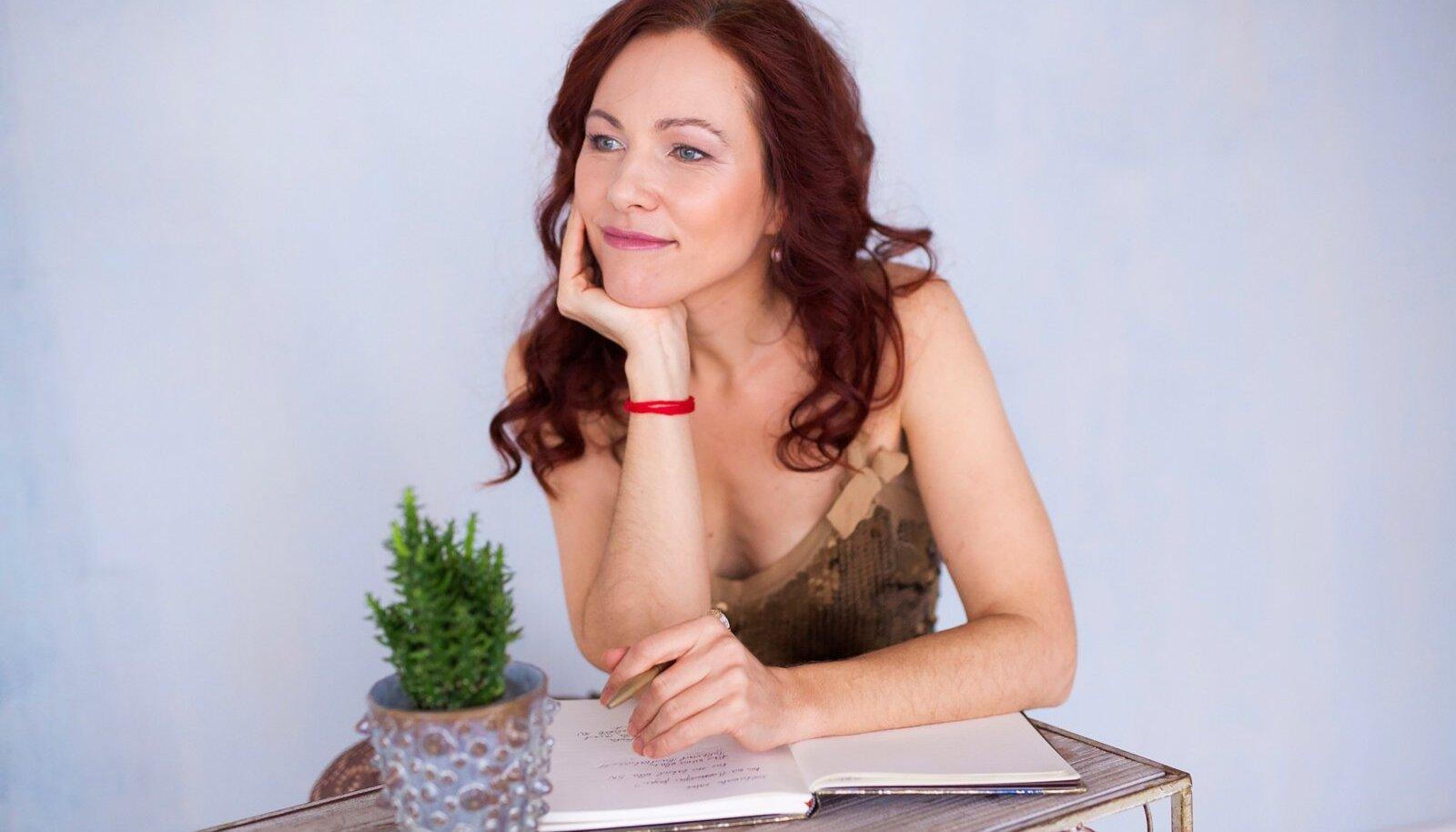 """""""Päevik on tarvilik selleks, et teadlikumalt aega kasutada. Et analüüsida ennast, oma tegusid ja motivaatoreid,"""" räägib Merit Raju."""