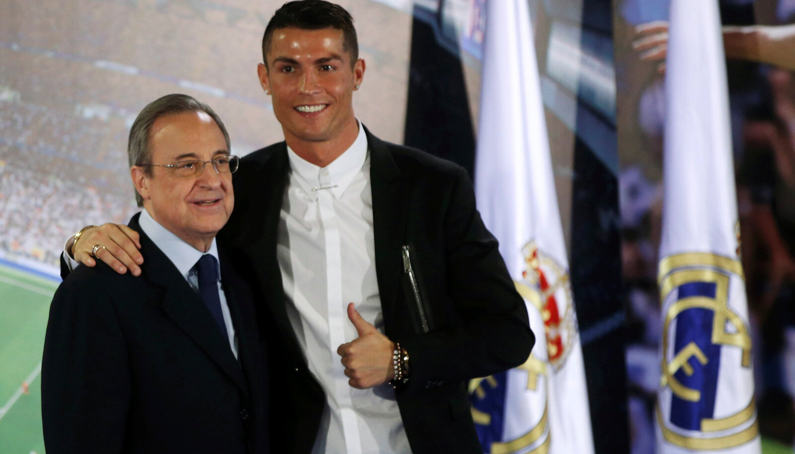 Kui vaja, poseeris Florentino Perez Ronaldoga rõõmsalt fotograafidele.
