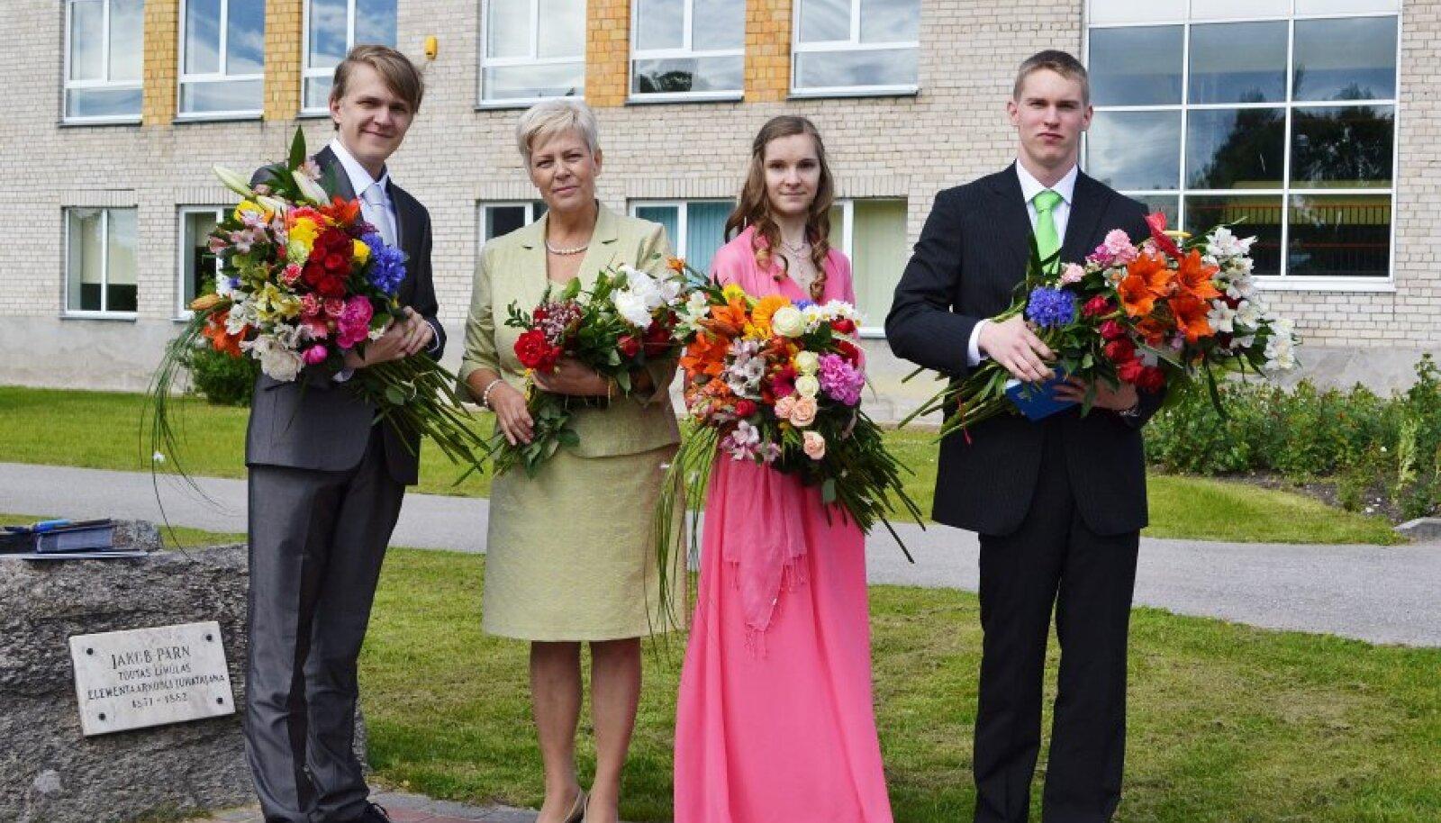 Lihula gümnaasiumi 72. lend. Vasakult Heini Heinlaid, klassijuhataja Rosemaria Raidlepp, Heddi Heinlaid ja Simo Stahlman