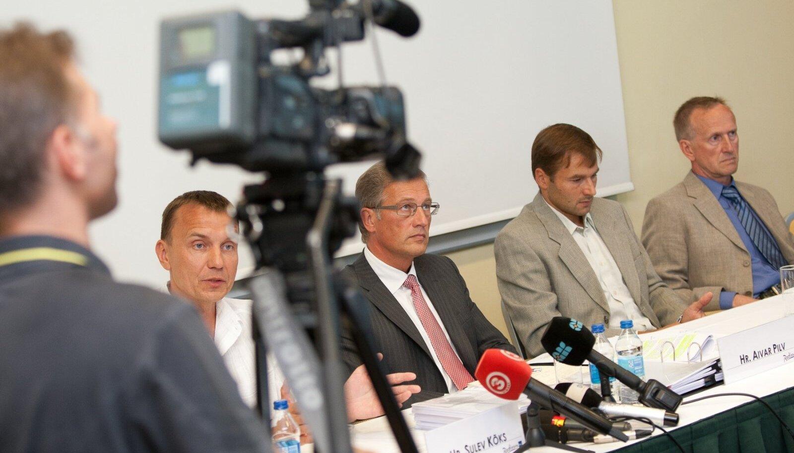 Andrus Veerpalu kaitsemeeskonnas teadlaste rühma juhtinud Sulev Kõks, advokaat Aivar Pilv ning Andrus Veerpalu ja Mati Alaver pressikonverentsil.