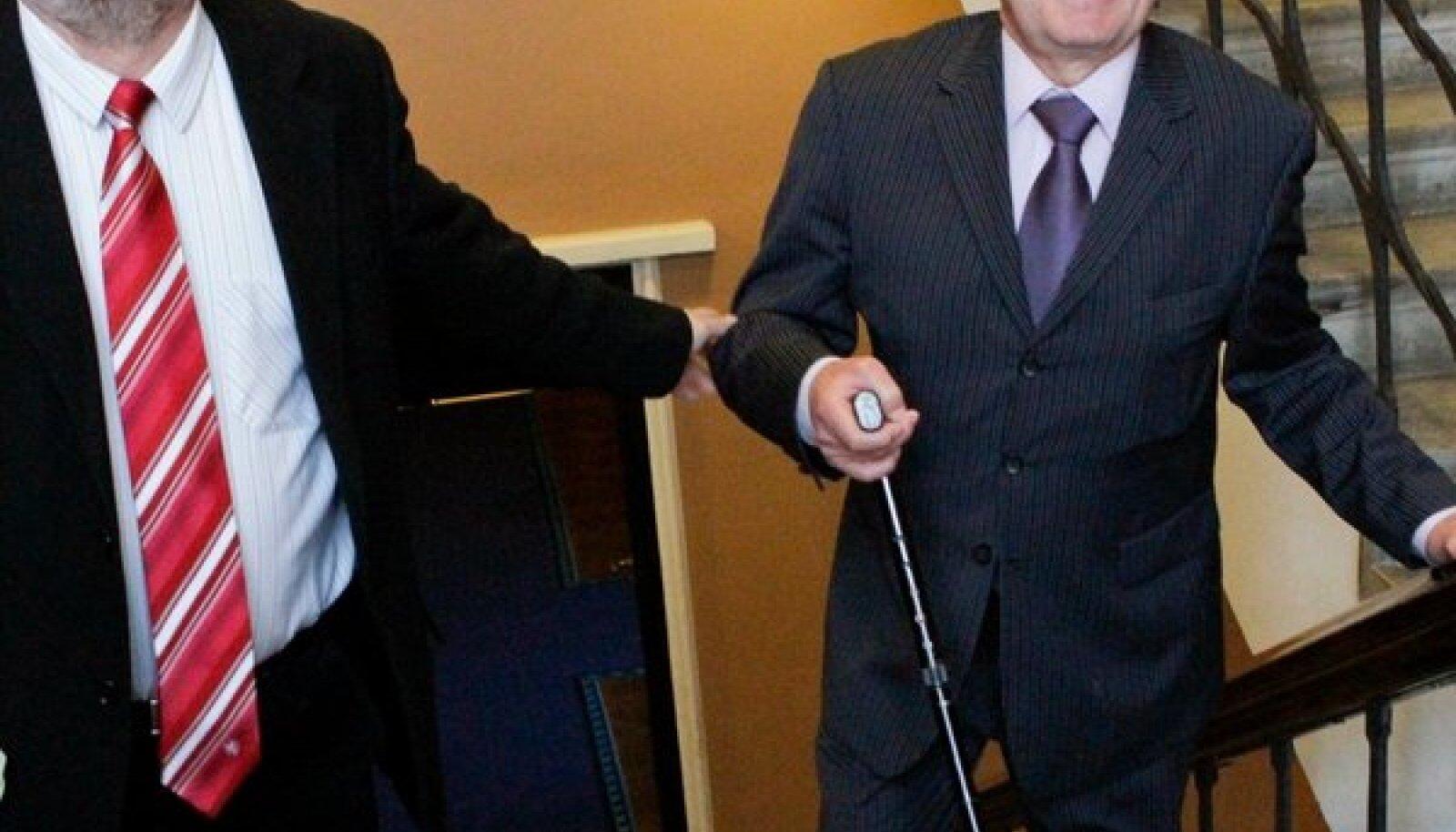 Lembit Kaljuvee (paremal) koos reformierakondlase Igor Gräziniga riigikogu treppidel