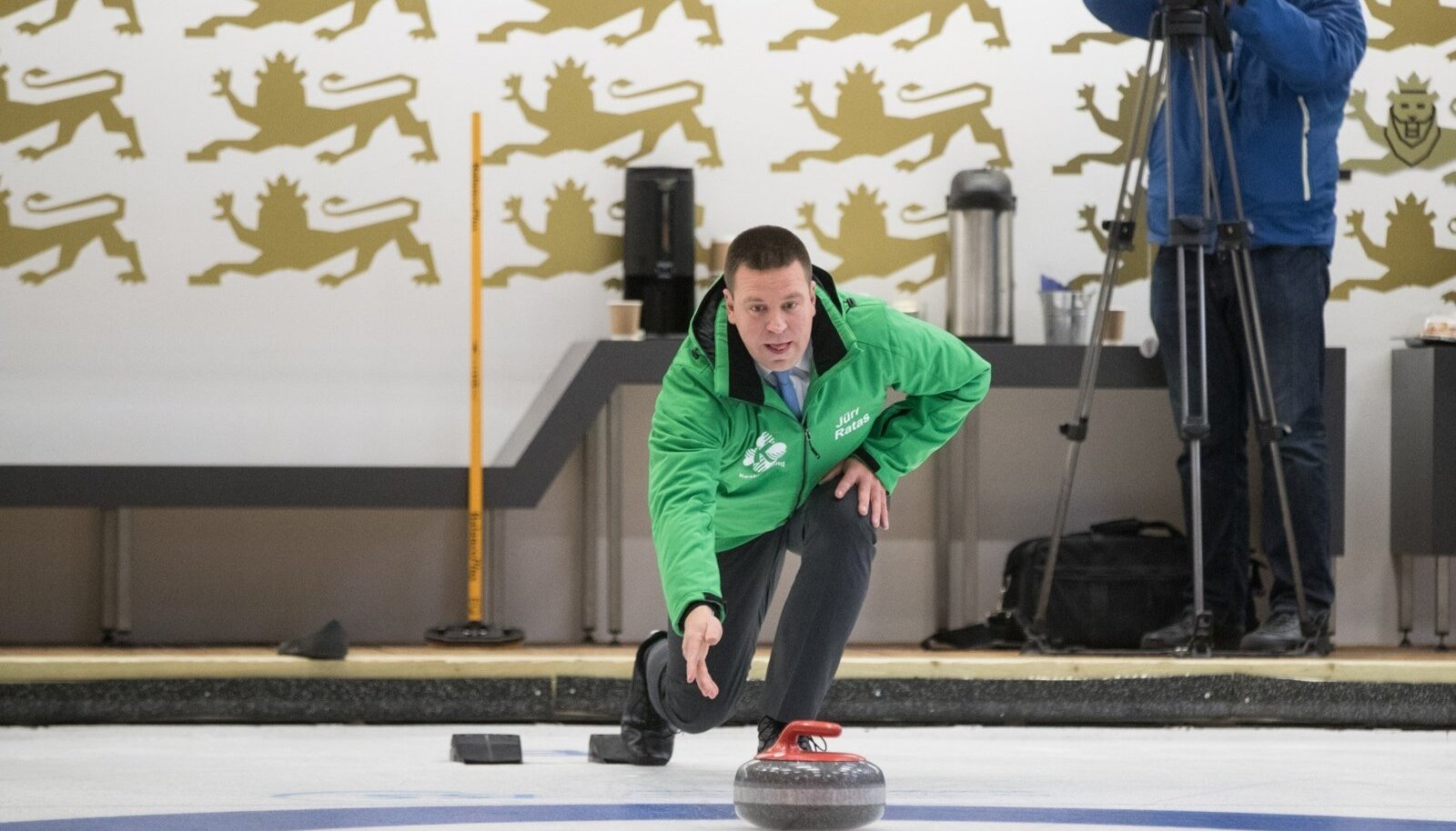 Jüri Ratas mängimas curlingut.