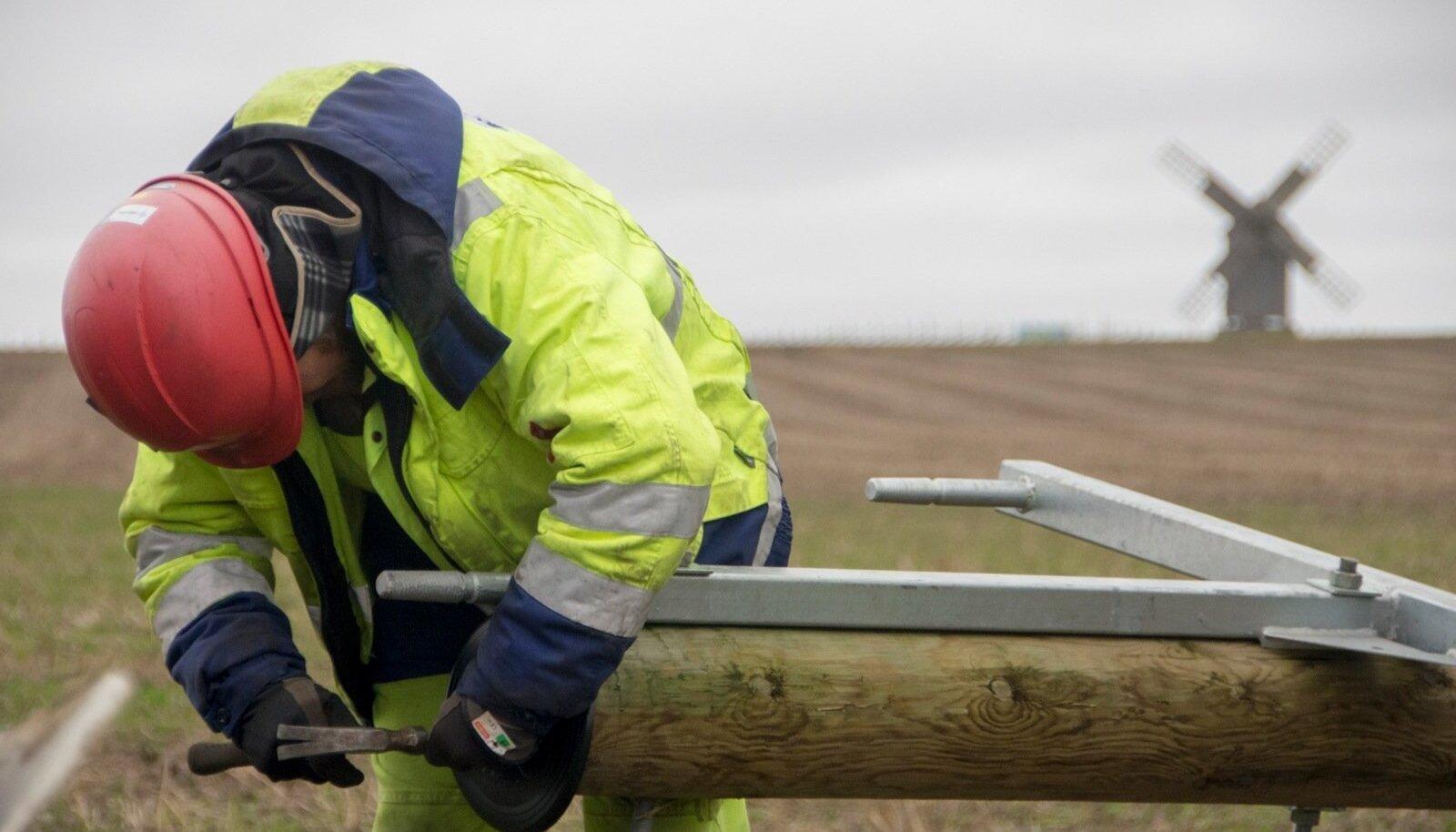 Elektrilevi likvideerib Saaremaal tormikahjustusi