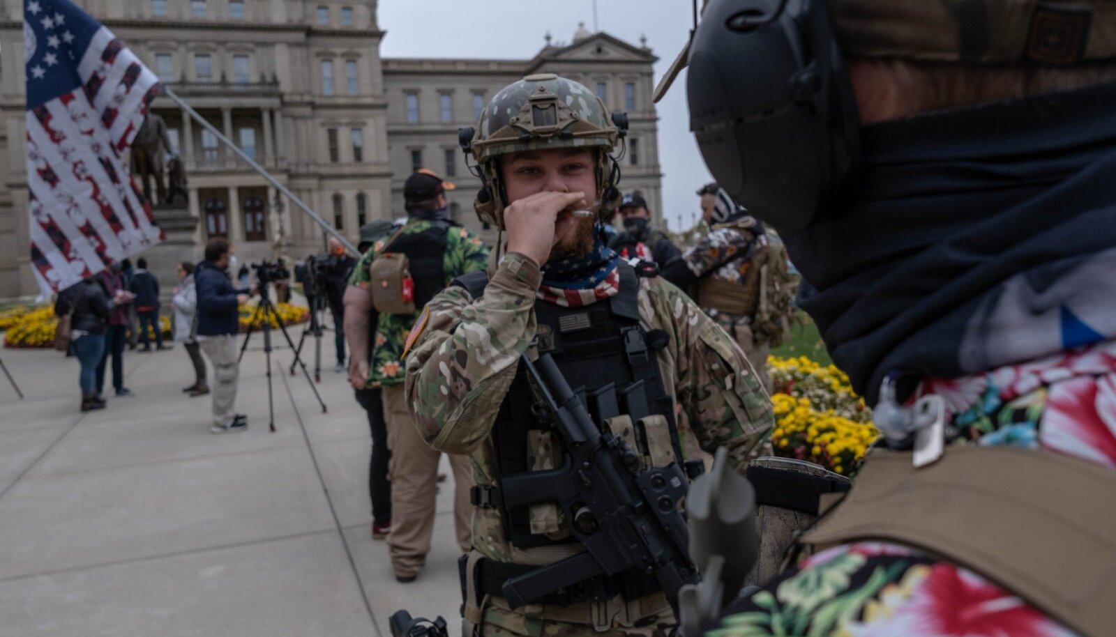 Trumpi toetavad relvarühmitused (pildil oktoobris Michigani esinduskogu ees) on lubanud jaoskondi väidetavate võltsingute eest kaitsta.