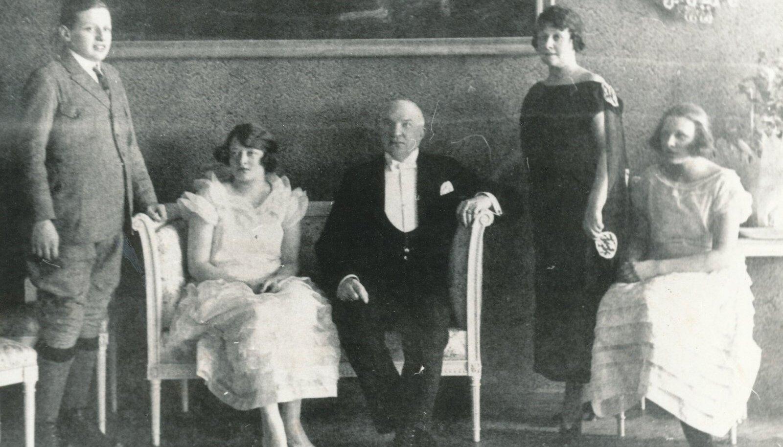 Friedrich Akel perega. Tema kõrval diivanil istub ta tütar Asta.