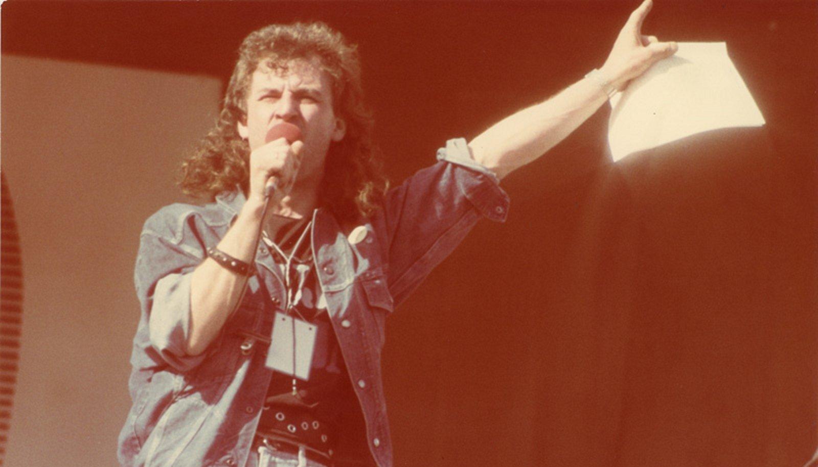 ROKITÄHE SÕIT AMEERIKA MÄGEDEL: Urmas Alender aastal 1988 Tartu levimuusikapäevadel.