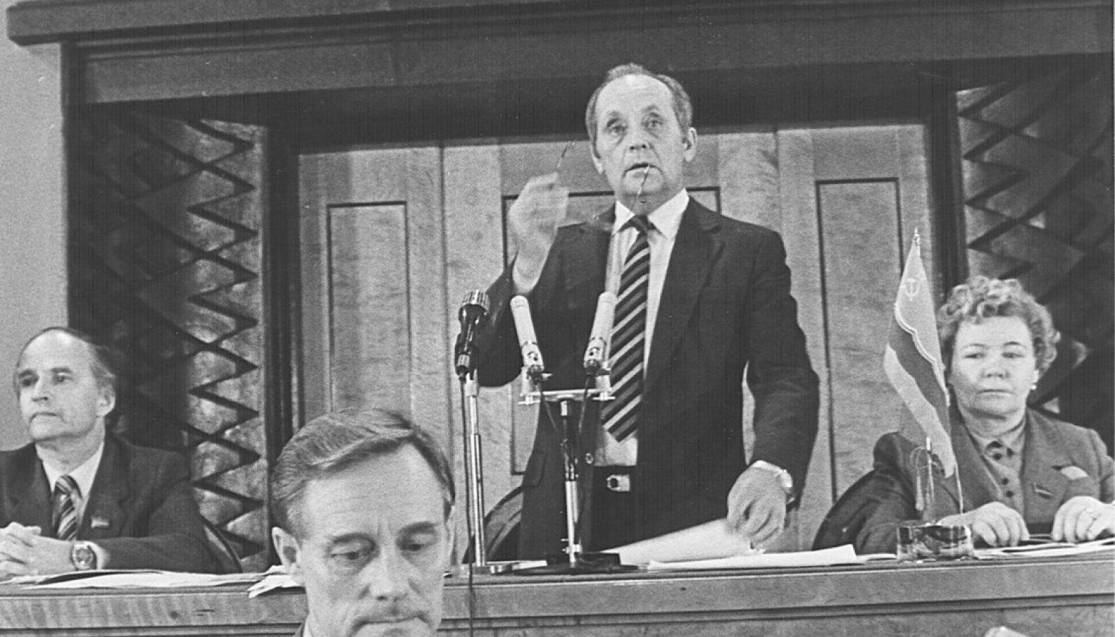 Vaino Väljas juhatab Ülemnõukogu istungit, kõnetoolis Boris Tamm.