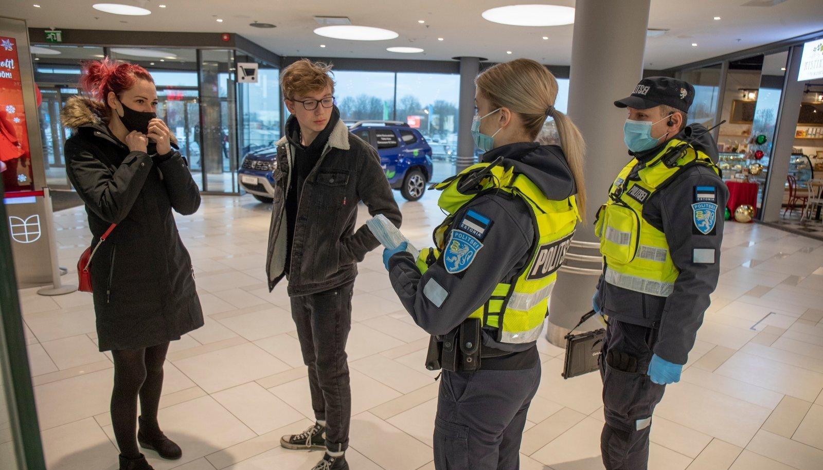 Politseinikud abistavad terviseametit avalikes ruumides nii maski kandmise kohustuse, ettevõtetes hajutatuse tagamise kui ka isolatsiooninõude täitmise kontrollimisel.