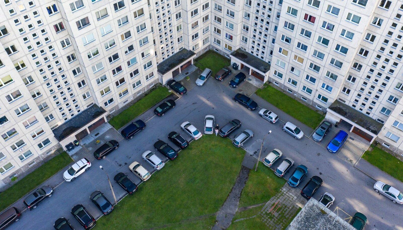 Eestis, eriti Tallinnas ja Harjumaal on väga palju autosid. Üks põhjus on ilmselt see, et autot omada on Eestis mugav, mitte koormav.