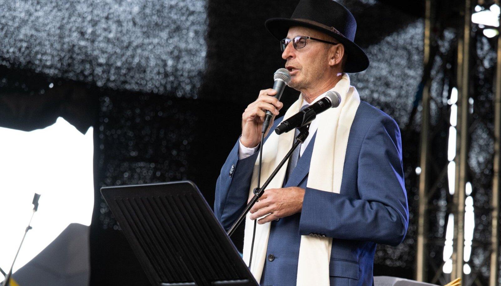 Viktor Siilats laval esinemas.