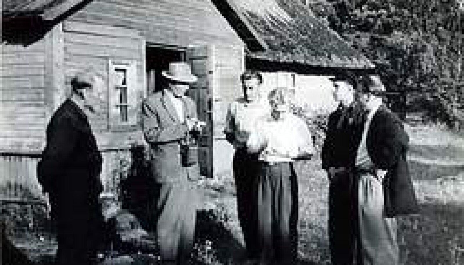 EKSOOTIKA: Soome ajakirjanikud Kihnu saarel. Artur Rätsep