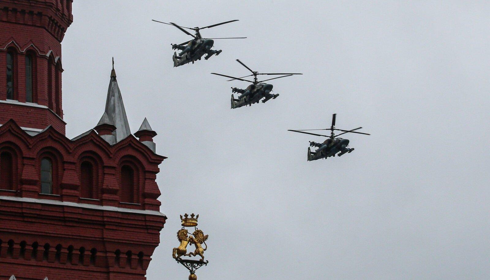 Illustreerival eesmärgil: ründehelikopterid lendavad Suure Isamaasõja 76. aastapäeva tähistamise raames Moskvas Punase väljaku kohal. (foto: SIPA / Scanpix)