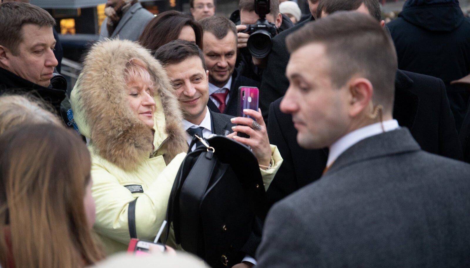 Ukraina president Volodõmõr Zelenskõi asetab pärja võidusambale