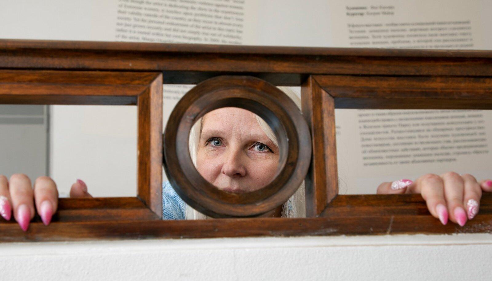"""Vähehaaval, aga üha julgemalt on Ly Ilves saanud taas tavaellu naasta. Pilt on tehtud Tallinna Kunstihoones Flo Kasearu näitusel """"Elust välja lõigatud""""."""