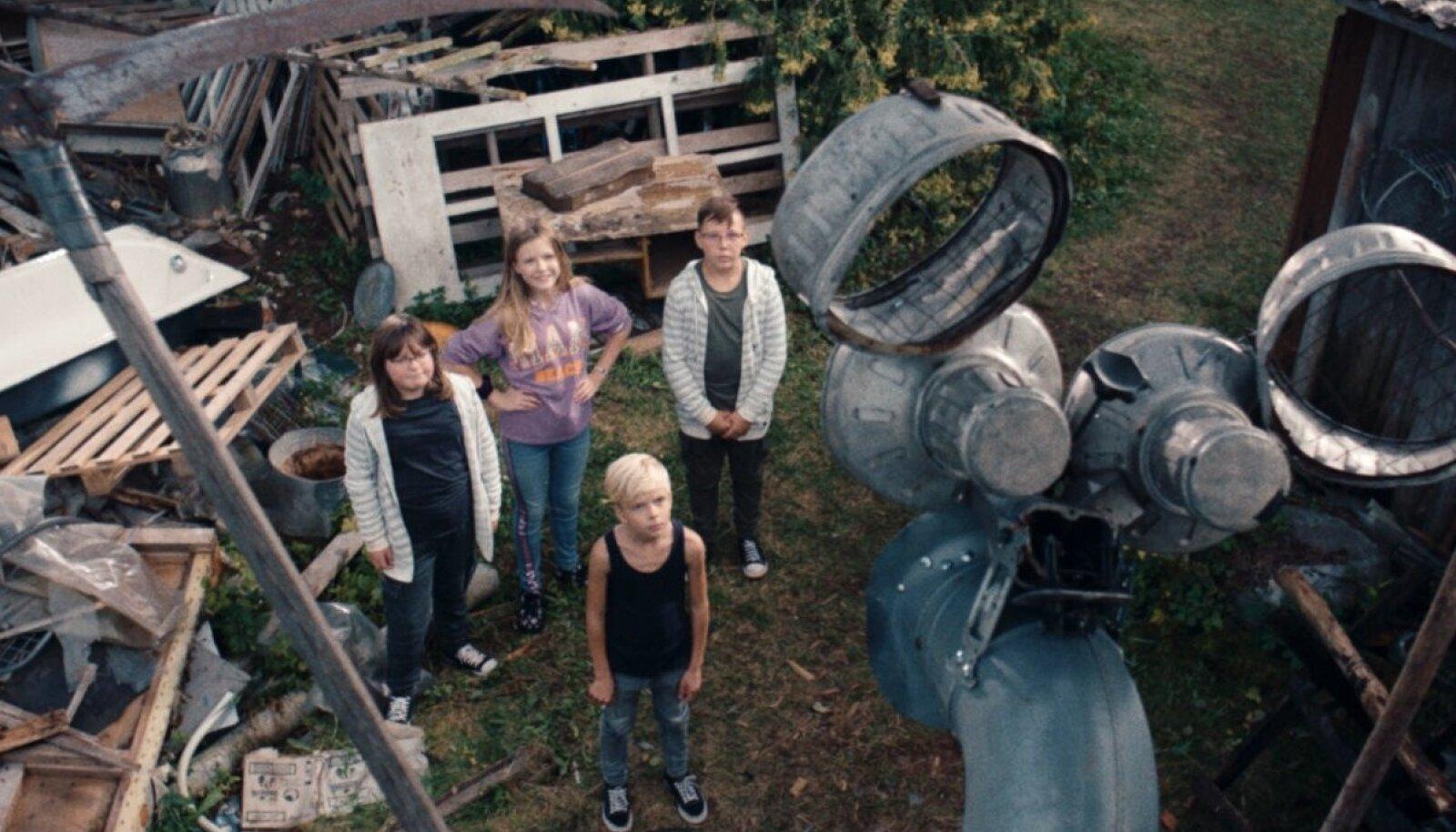 Lapsed – ees seisab Harri Merivoo, taga Elise Tekko, Nora Merivoo ja Roland Treima – on krati valmis saanud.