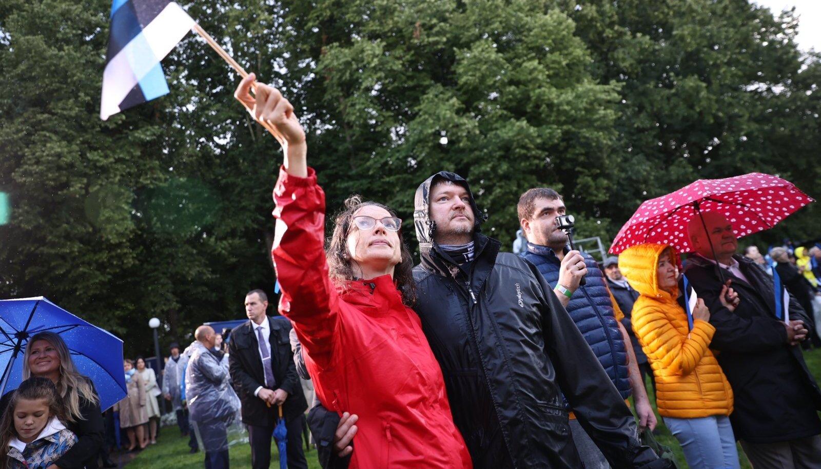 Lipuheiskamine Toompeal taasisesesvuspäeva puhul.