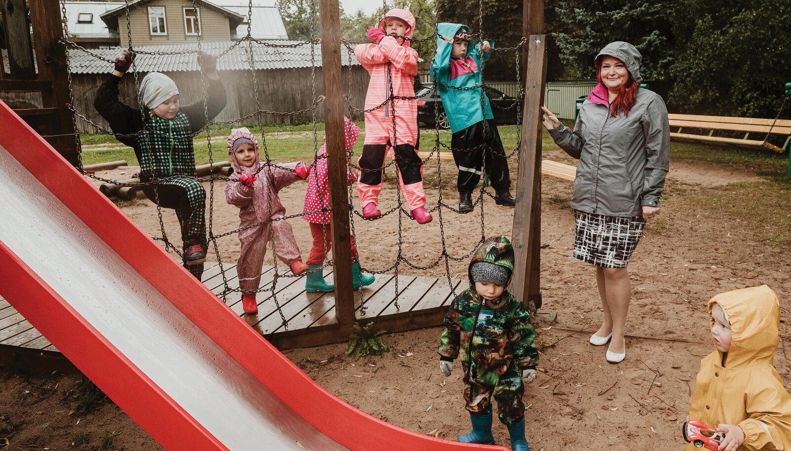 Kuigi sadas, asjatasid Arti (paremalt), Hugo, Sofia, Raheli ja Marie hea meelega õues Riin Rahe seltsis.