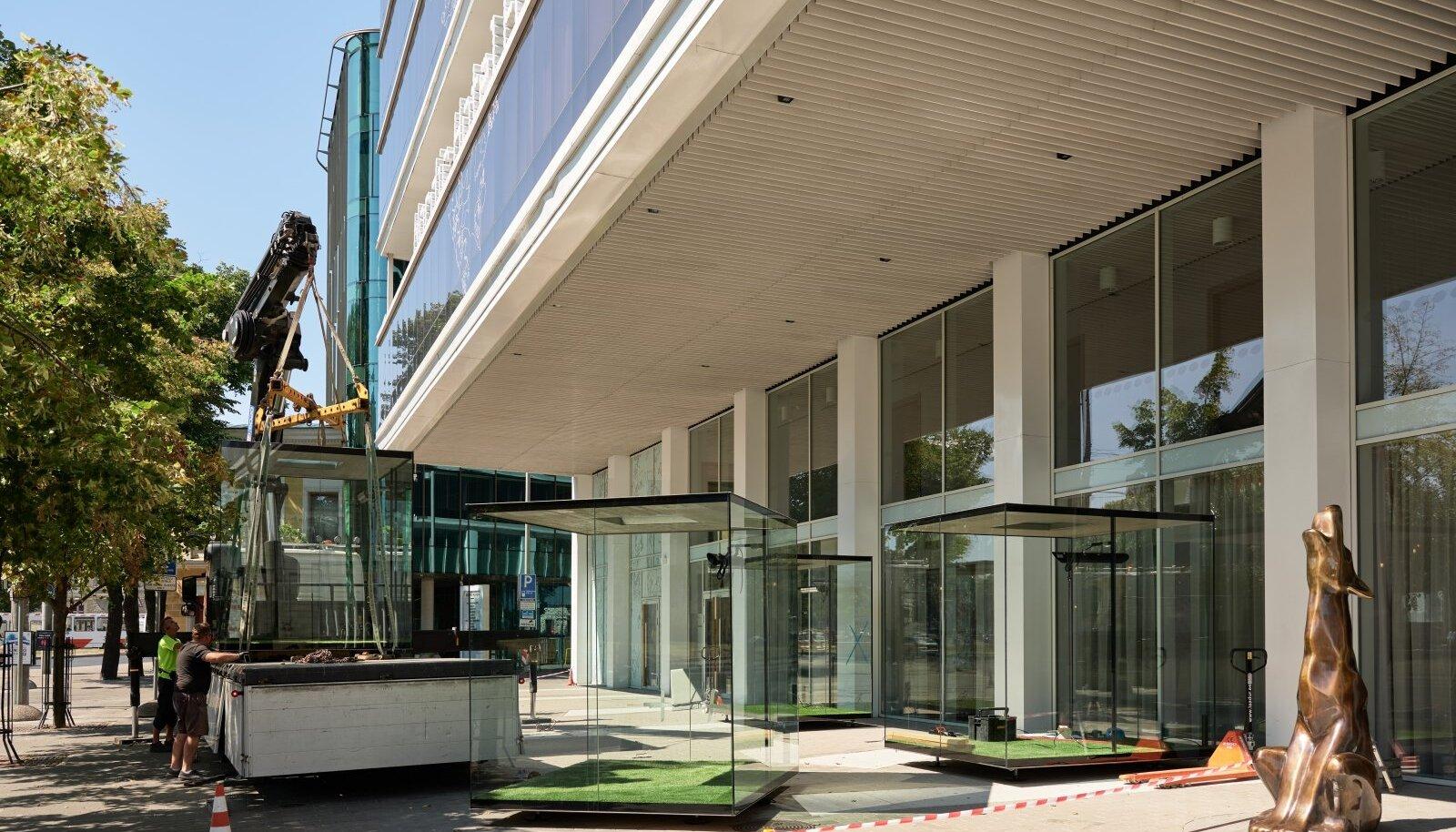 UUS STANDARD: Esmaspäeval algas Tallinna kesklinna hotelli Forum ees restorani Noho rajamine. Söögikoha eripära on klaasist kuubikud, mis lasevad kõigil seltskondadel omaette einestada. Koroonaajastul on see igati mõistlik lahendus.
