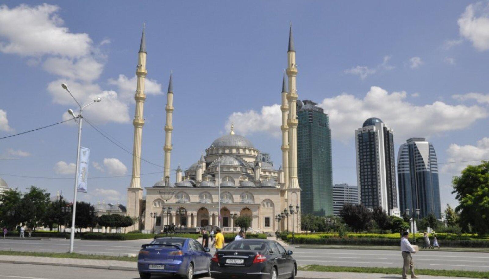 Groznõi uhkus, üks maailma suuremaid mošeesid, mille tagant paistab neljast pilvelõhkujast koosnev Groznõi city, kuhu Ramzan Kadõrov kinkis korteri ka Gerard Depardieule.