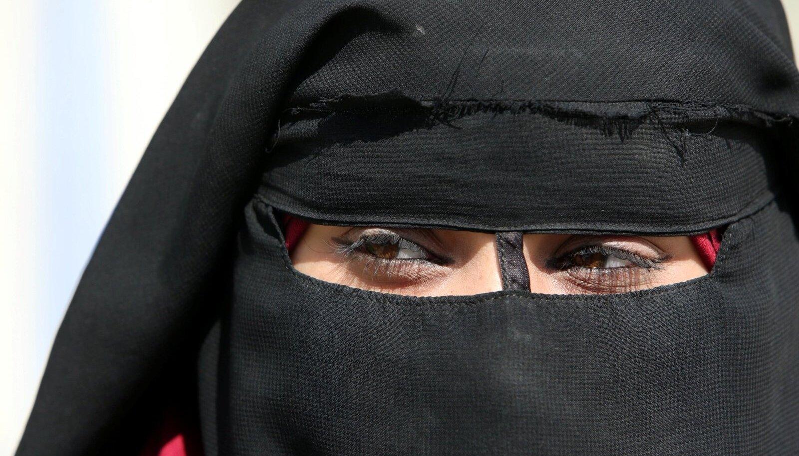 TEADMATA TULEVIK: ISISe terroristi 20aastane abikaasa Amal Susi al-Holi laagris.