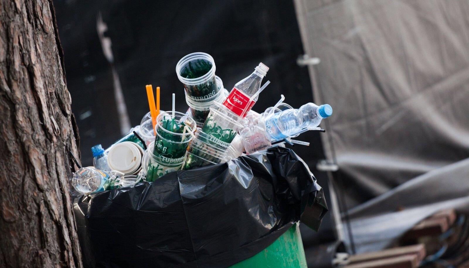 Plastist ühekorratopsid ja muu plastprügi Positivuse festivalil Lätis. Hiljemalt kahe aasta pärast ei tohi enam avalikel üritustel ühekorranõusid olla.