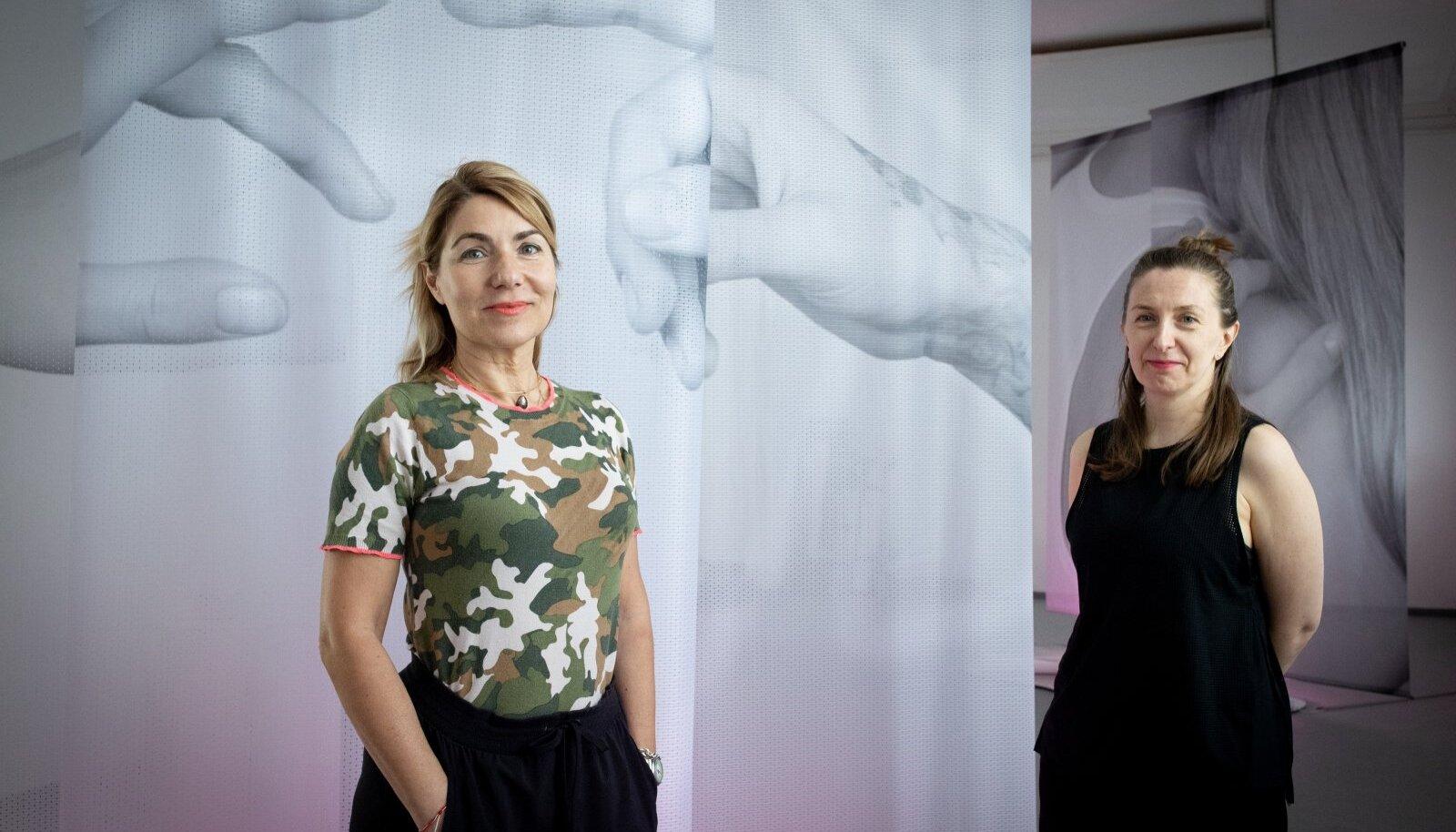 Kuraator Katerina Gregos (vasakul) on näituse kunstnike sekka kaasanud ka eesti kunstniku Marge Monko. Tema arvates muutuvad ümbritseva elu tajumise viisid, kui pidevalt ja ainult internetis kirjalikult suhelda.