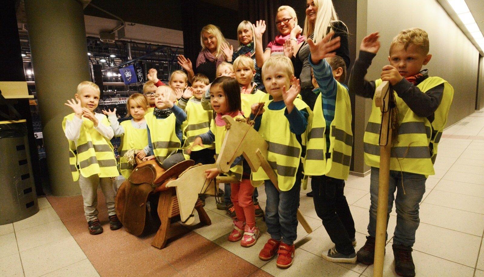 Rae valla Aruheina lasteaia Lustakate Liblikate rühma lapsed ja õpetajad käisid hobusõul ratsutamist lähemalt uurimas. Käik Saku Suurhalli oli auhinnaks Maalehe esikaanekonkursil vahva pildiga osalemise eest.