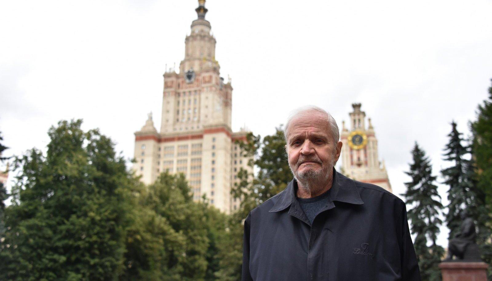 Eesti esikommunisti Johannes Käbini poeg Eduard lahkus Eestist 1962. aastal Moskva Ülikooli õppima. Üheks põhjuseks ütleb, et Eestis polnud ta kusagil n-ö tavaline inimene. Ja et see talle ei meeldinud. Eduard Käbin on Moskva Ülikoolis tööl tänini.