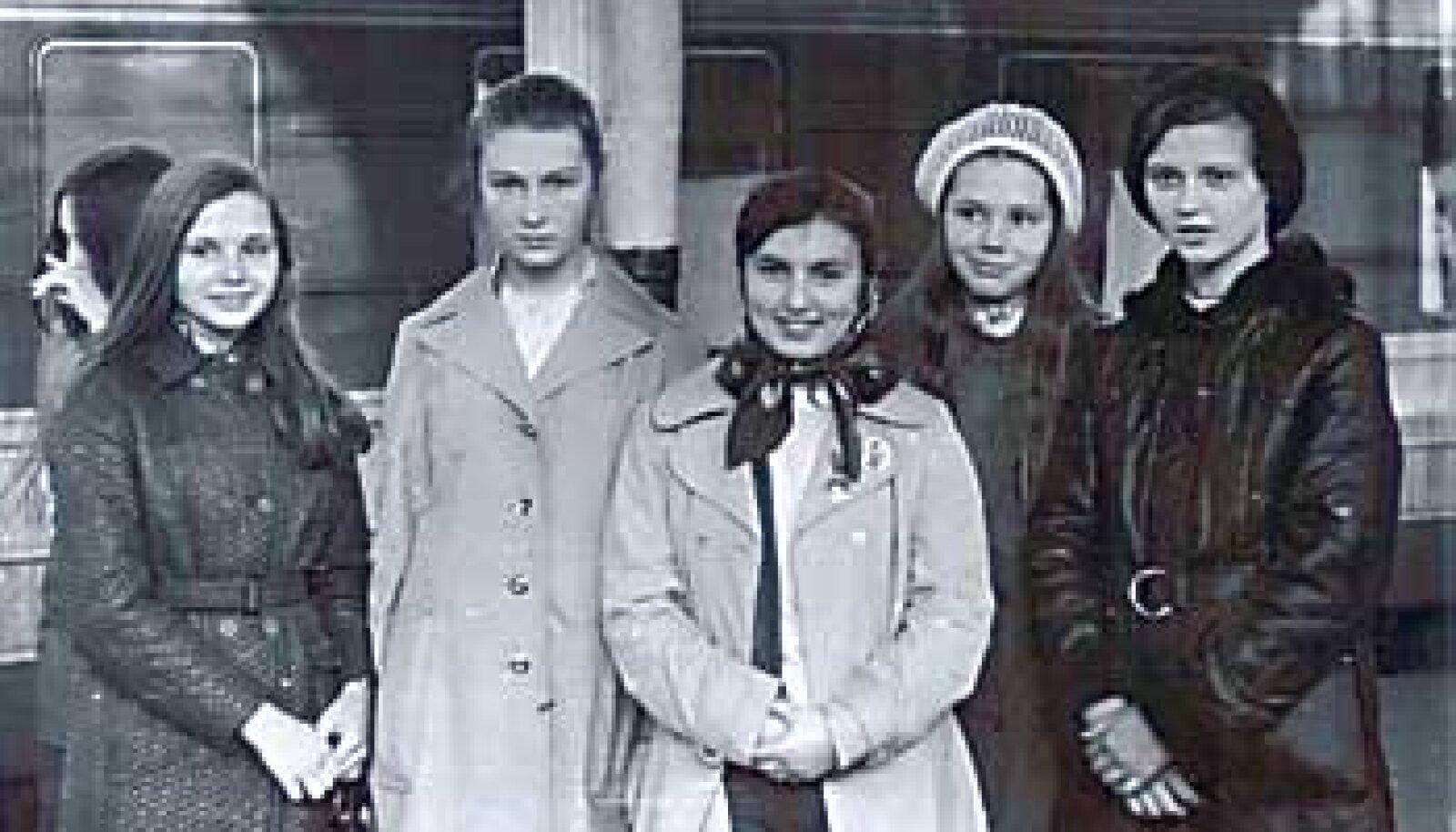VAGUN HELESININE:  1973. aasta kevadel jätavad Tallinna-Moskva rongi ees nägemiseni Tiina Kuuske Tallinna 28. koolist (keskel Karlssoni märgiga) ning Tähelinna kosmonaut Komarovi nimelise keskkooli õpilased Lena Gagarina, Lena Jegorõtševa, Galja Gagarina ja Marina Dobrovolskaja. erakogu