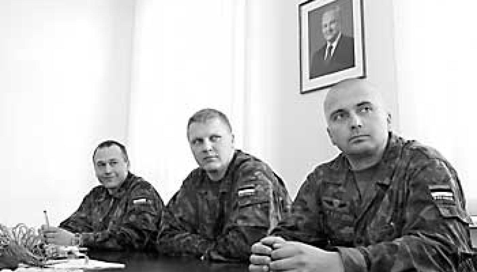 ISE JÄÄVAD KOJU: Rahuvalveoperatsioonide keskuse personališeff leitnant Kaido Lainjärv (vasakult), keskuse ülema kt kapten Toomas Peda ja tagalaülem leitnant Aarne Lätte. Vallo Kruuser