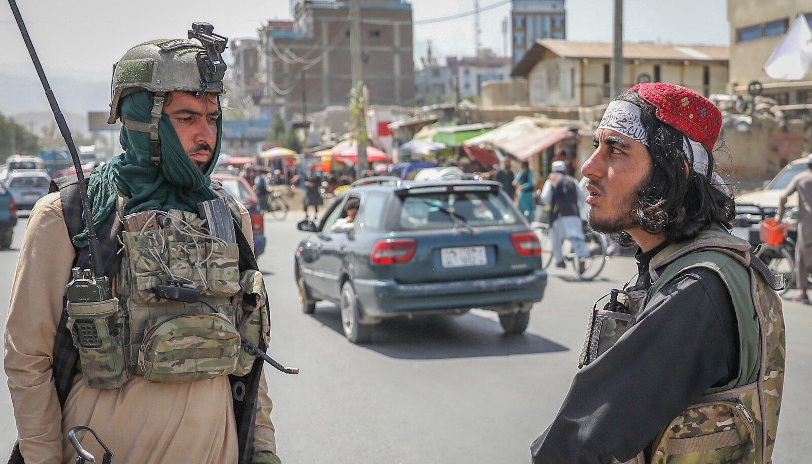 Uue võimu nägu: Talibani liikmed valvasid eile Kabuli kontrollpunktis korda.