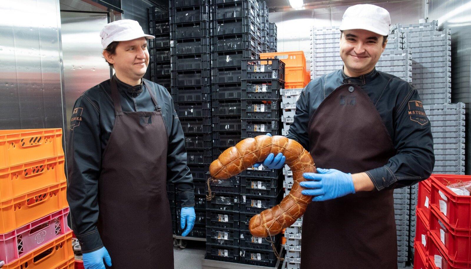 Matsimoka lihatööstus juhid, vennad Jan (vasakul) ja Sten Inno loodavad, et juba juunist ja juulist taastuvad nende aasta alguse käibenumbrid.