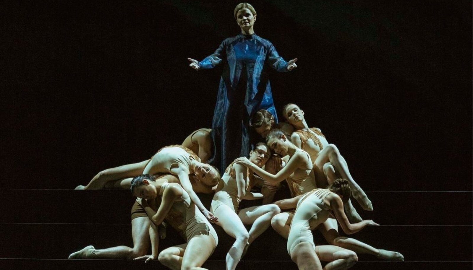 Vanemuise ooperkoor ja solist Karmen Puis jagavad lava teatri balletitrupiga.