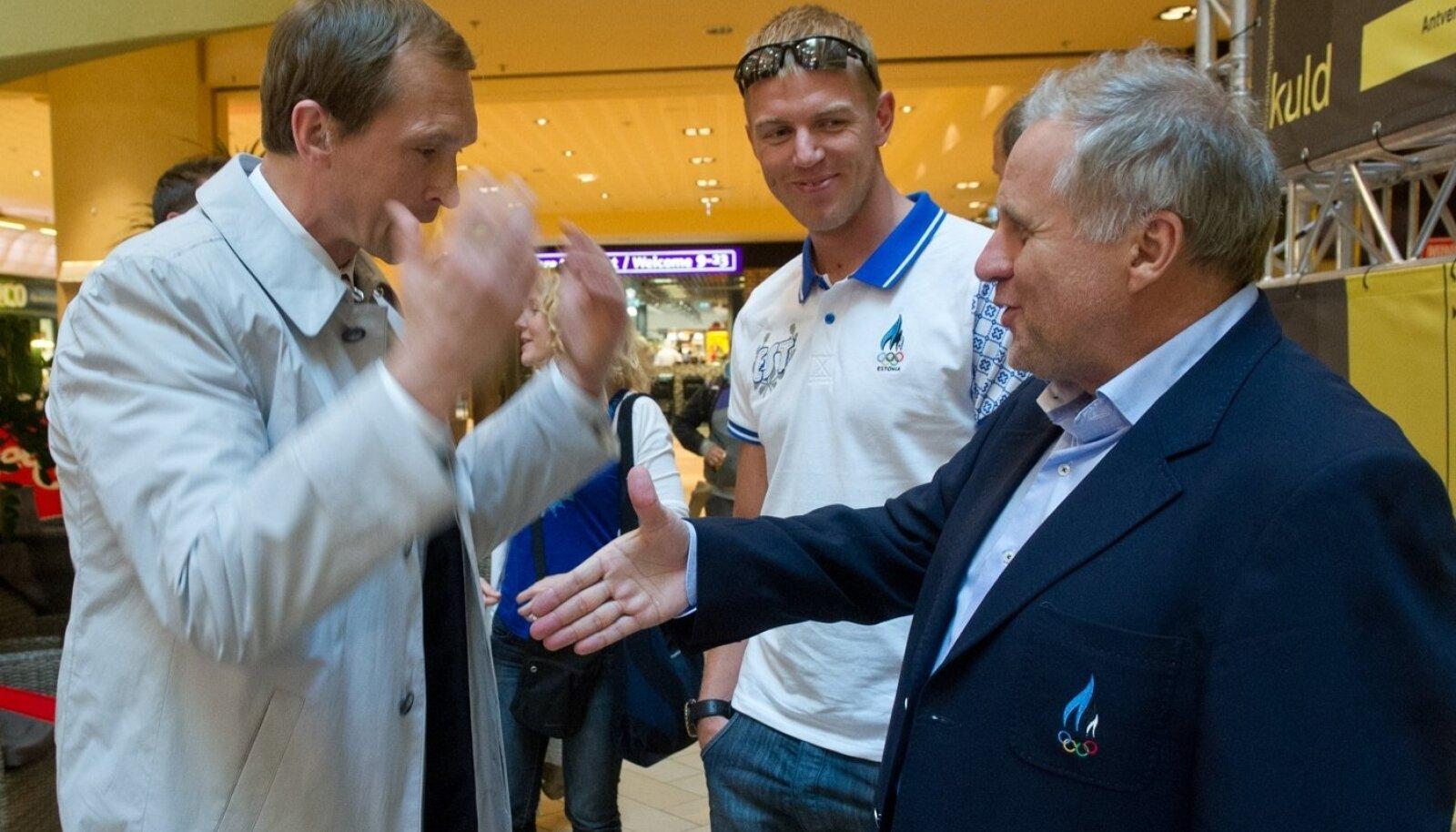 Jüri Jaanson (vasakul) ja Rein Kilk (paremal) arutasid Eesti sõudmise probleeme. Keskel muigab Kaspar Taimsoo. Pilt on tehtud 2012. aastal, enne valusat olümpiamedalita jäämist.