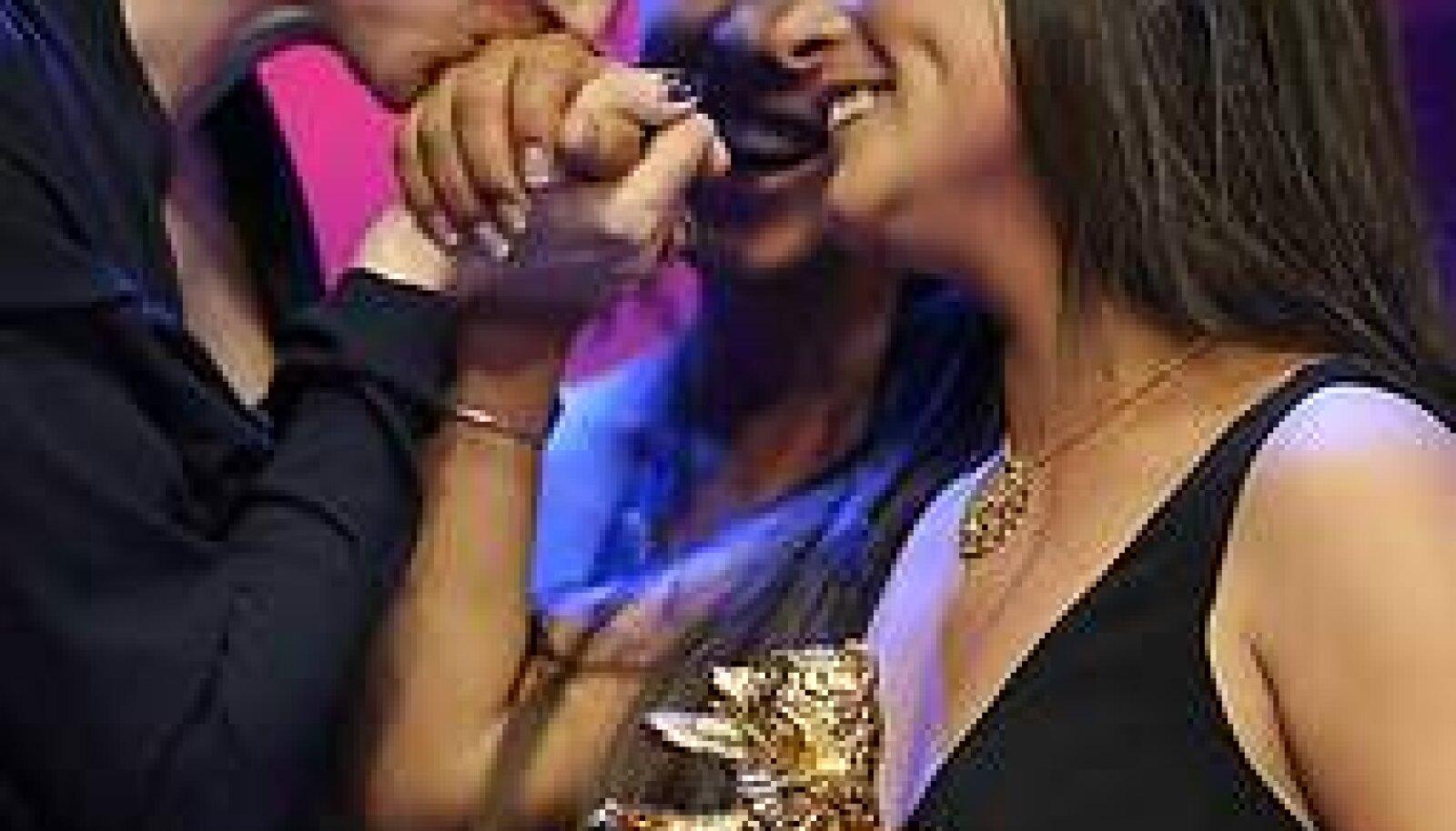 """Tänulikud mõlemad: žürii esinaine Tilda Swinton suudleb Kuldkaru saanud """"Kurbuse piima"""" peaosatäitja, Magaly Solieri kätt. Solier, kes esitab auhinnatud filmis ka mitmeid omaloodud laule, üllatas lõputseremoonia publikut spontaanse emotsionaalse soologa. Afp"""