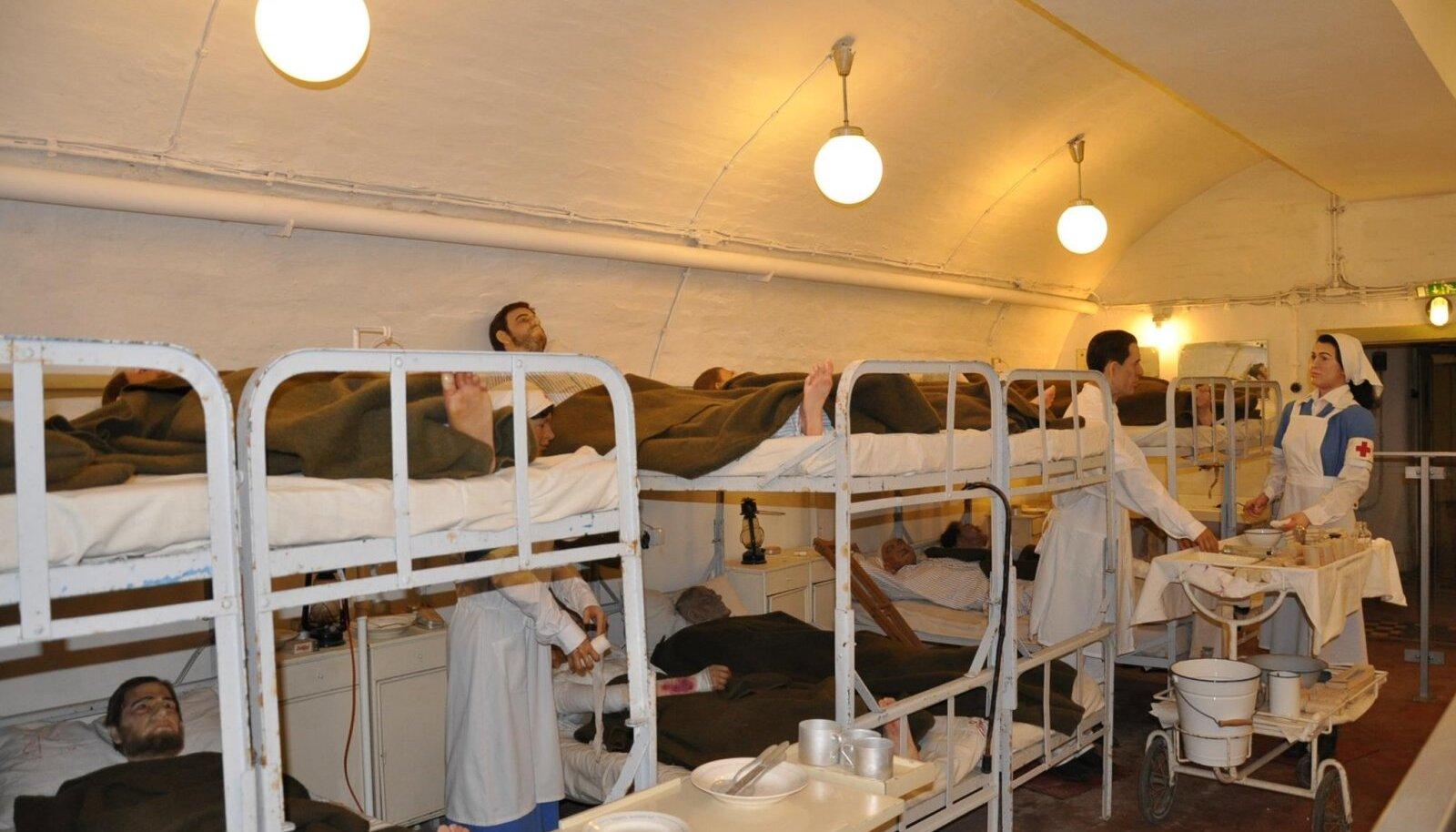 Üks osa muuseumi püsiekspositsioonist matkib arvukate vahakujudega II maailmasõja ajal tegutsenud haigla tööd.