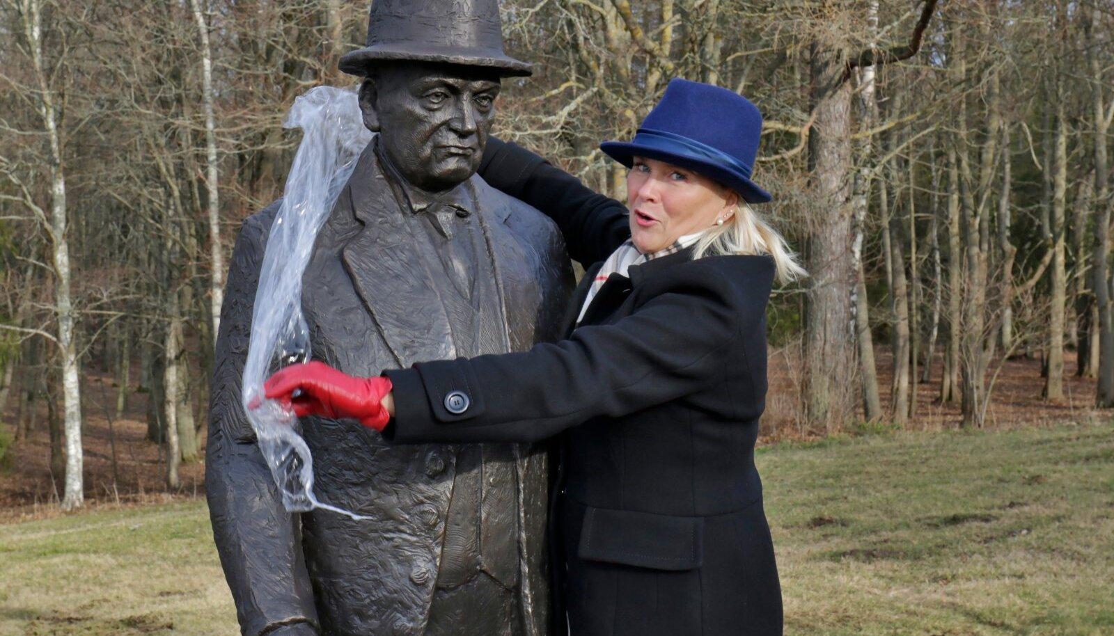 Konstantin Pätsi ausamba oma kohale paigutamine ja katetest vabastamine 20. veebruaril 2020 Oru pargis. Katted eemaldas Toila vallavanem Eve East.
