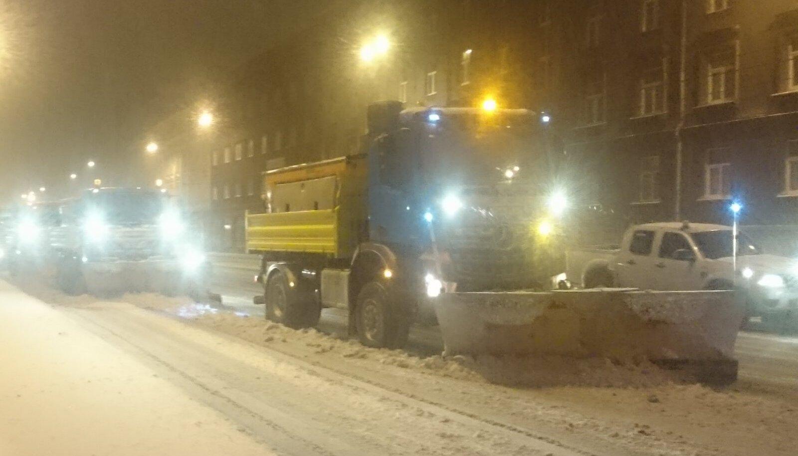 Tallinnas on varajastel hommikutundidel väljas terve lumekoristusbrigaad