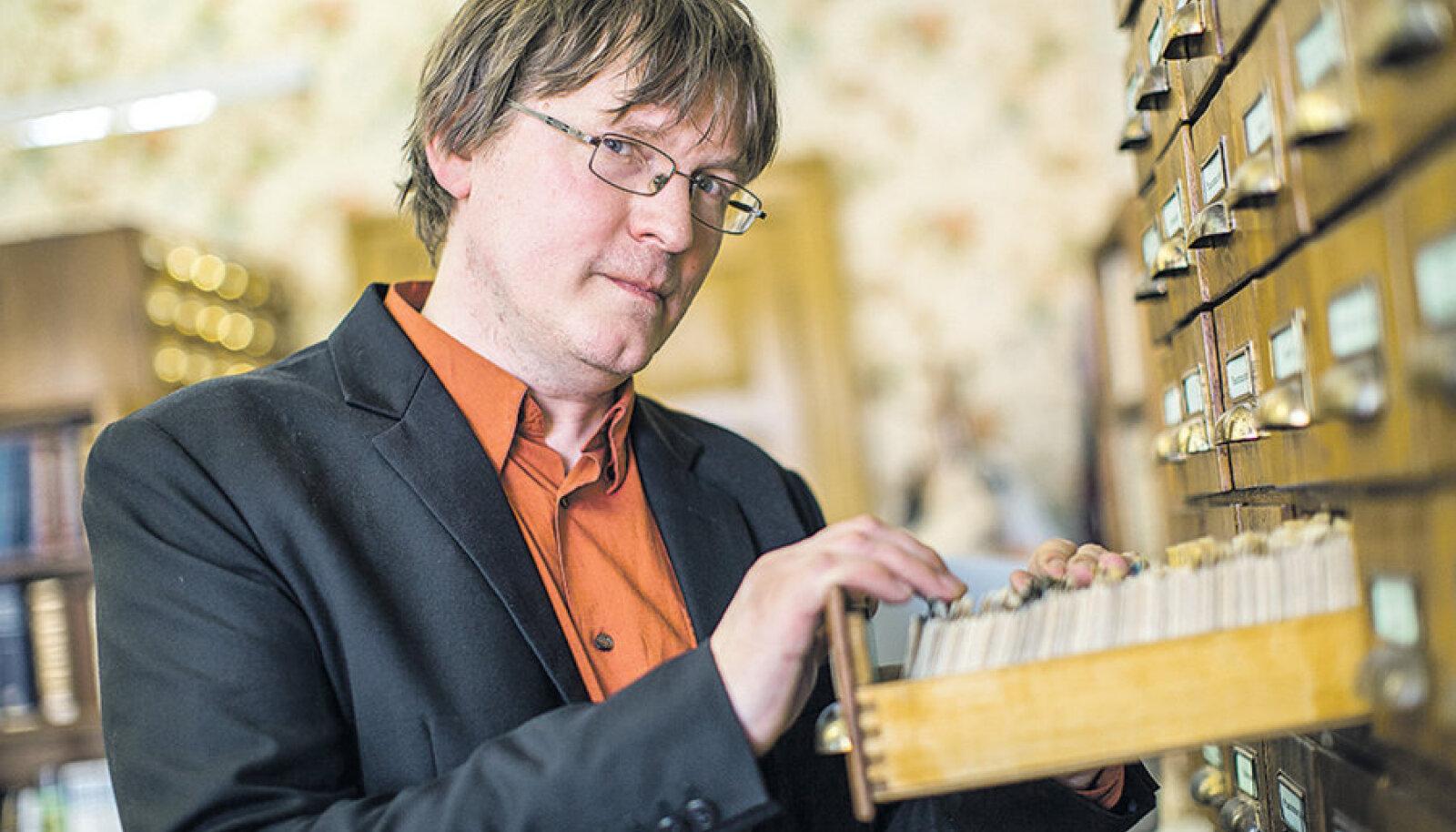 Rahvaluule arhiivi juhataja Risto Järv näitab kartoteeki, millest lõviosa on digiteerimata.