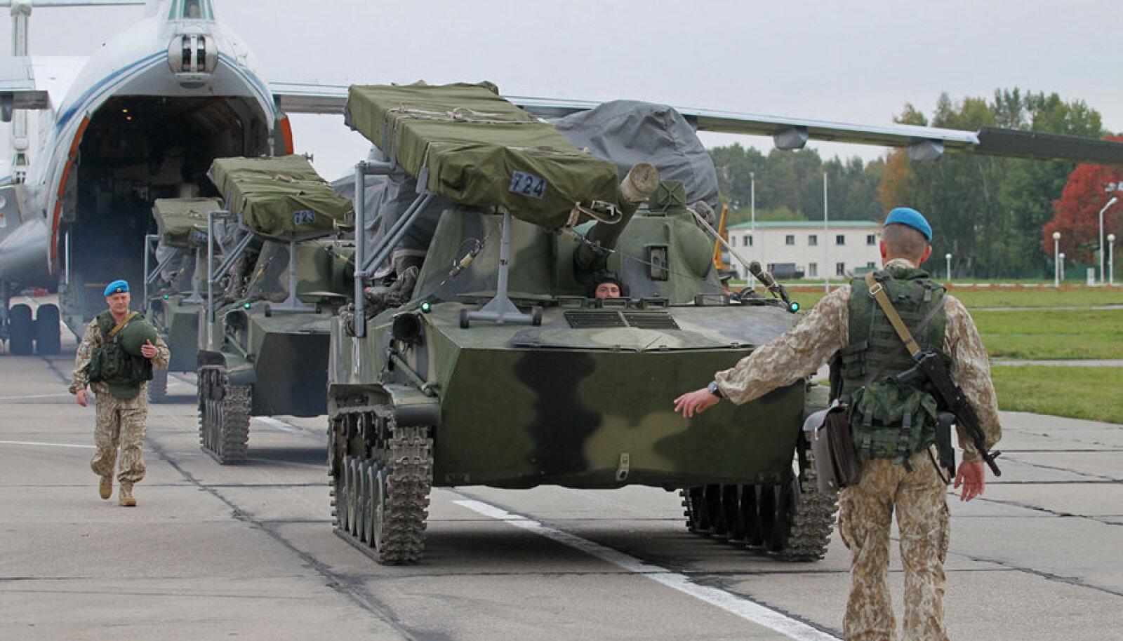 Vene relvajõudude sõjamasinad saabuvad enne suuri Venemaa–Valgevene ühisõppusi Zapad 2013 Minski-lähedasse lennuväebaasi.